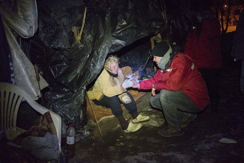Nyíregyháza, 2017. január 7.Szenes Zoltán, a Periféria Egyesület megbízott szakmai vezetője teát ad Ács Ferencné hajléktalannak Nyíregyházán, az Egyház utcában 2017. január 6-án.MTI Fotó: Balázs Attila