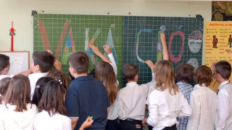 Budapest, 2009. június 12. A vakáció szót írják fel a táblára a budapesti Lisznyai Utcai Általános Iskola diákjai az 2008/2009 tanév utolsó tanítási napján. Az idén - a közoktatási törvény értelmében - hivatalosan június 15-én zárul a tanév a közel 1,4 millió diáknak. Mivel azonban ez a nap hétfõre esik, sok iskolában már elõzõ hét pénteken befejezõdik a tanítás. MTI Fotó: Czimbal Gyula
