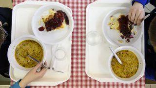 Eger, 2017. március 8. Gyermekek ebédelnek az egri Ward Mária Általános Iskola, Gimnázium, Kollégium és Alapfokú Mûvészeti Iskola étkezõjében 2017. március 8-án. Idén 74 milliárd forintot költ a kormány ingyenes, illetve kedvezményes gyermekétkeztetésre, ez több mint 2,5-szerese a támogatásra 2010-ben fordított összegnek. Összesen 620 ezer gyermek részesül ingyenes vagy kedvezményes étkeztetésben a bölcsõdétõl a középiskola végéig, ez a Magyarországon élõ gyermekek több mint harminc százaléka. MTI Fotó: Komka Péter