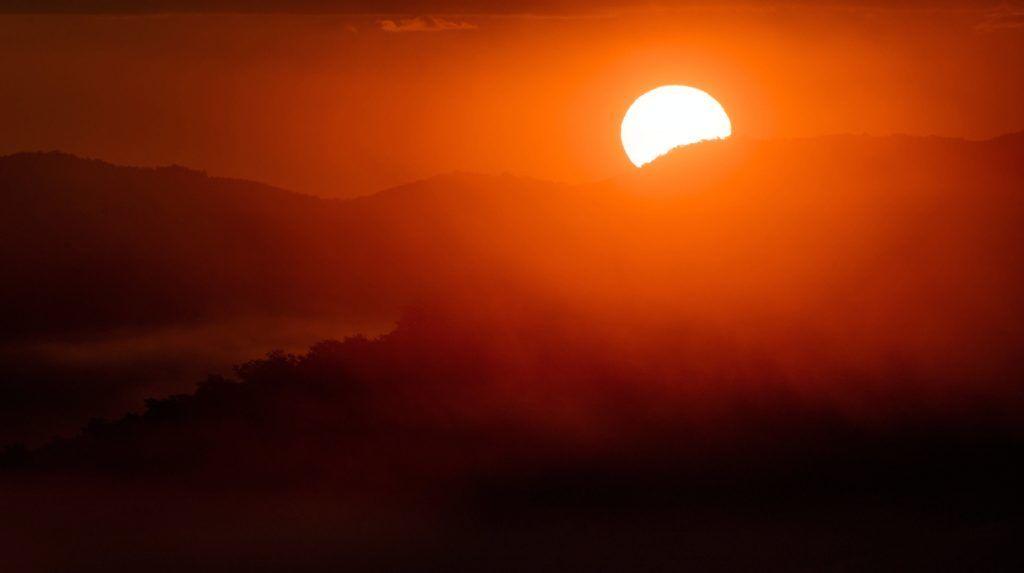 Cered, 2017. szeptember 5. Talajmenti köd és a felkelõ Nap Cered közelébõl fotózva 2017. szeptember 5-én. MTI Fotó: Komka Péter