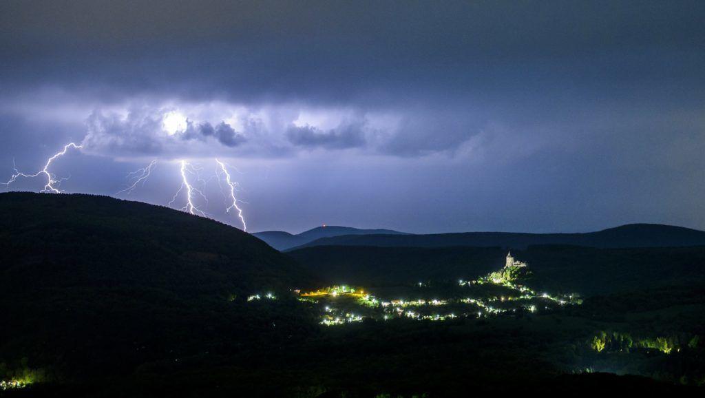 Salgótarján, 2018. április 30. Villámok a somoskõi vár felett Salgótarján közelében 2018. április 30-ra virradó éjjel. MTI Fotó: Komka Péter