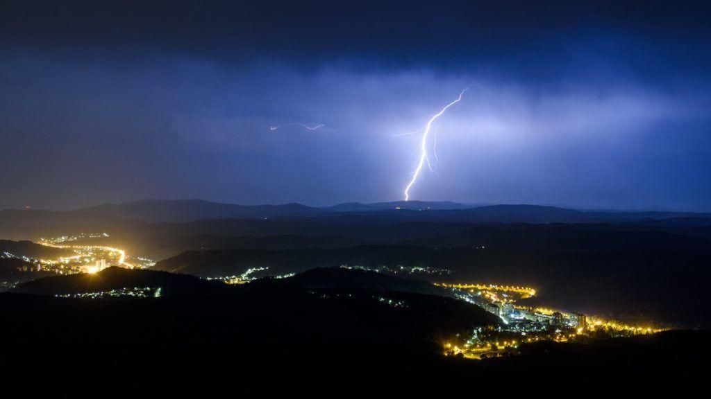 Salgótarján, 2018. április 30. Villámlás Salgótarján felett 2018. április 30-ra virradó éjjel. MTI Fotó: Komka Péter
