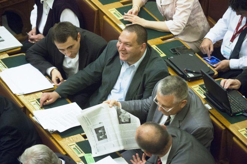 Budapest, 2013. október 14. Németh Szilárd, a Fidesz rezsicsökkentésért felelõs képviselõje szavaz az újabb rezsicsökkentésrõl szóló javaslat végszavazásán az Országgyûlés plenáris ülésén 2013. október 14-én. A törvényjavaslatot a parlament 311 igen szavazattal, 16 nem ellenében, 1 tartózkodás mellett fogadta el. MTI Fotó: Koszticsák Szilárd