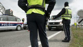 Miklóshalma, 2016. április 25. Osztrák rendõrök ellenõrzik a jármûveket a Hegyeshalom és Miklóshalma (Nickelsdorf) közötti határátlépési pontnál 2016. április 25-én, miután az osztrák rendõrség elkezdte az elõre meghirdetett szúrópróbaszerû ellenõrzést a migránsok és az embercsempészek kiszûrése érdekében. MTI Fotó: Koszticsák Szilárd