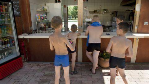 Zánka, 2016. június 29. Gyerekek állnak sorba a büfénél, a zánkai Erzsébet Üdülõközpont és Táborban 2016. június 29-én. MTI Fotó: Koszticsák Szilárd