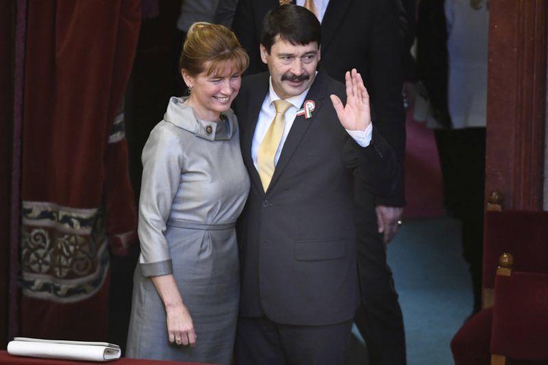 Budapest, 2017. március 13. Az újraválasztott Áder János köztársasági elnök és felesége, Herczegh Anita az Országgyûlés plenáris ülésén 2017. március 13-án. Áder János, a Fidesz-KDNP jelöltje 131 szavazatot kapott a titkos voksolás második fordulójában. A baloldali ellenzék által támogatott Majtényi Lászlóra 39-en szavaztak. MTI Fotó: Koszticsák Szilárd