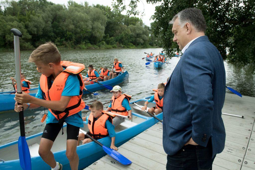 Tokaj, 2018. június 14.<br /> Orbán Viktor miniszterelnök kenuzó gyereket néz a Tokaji Vízitúra Központ átadásán 2018. június 14-én.<br /> MTI Fotó: Koszticsák Szilárd