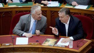 Budapest, 2018. június 20. Orbán Viktor miniszterelnök (j) és Semjén Zsolt miniszterelnök-helyettes beszélget az alaptörvény hetedik módosításáról szóló szavazás elõtt az Országgyûlés plenáris ülésén 2018. június 20-án. A törvényhozás 159 igen, 5 nem szavazattal fogadta el a módosítást a kormány kezdeményezésére, amely szerint az állam alapvetõ kötelessége az ország alkotmányos önazonosságának és keresztény kultúrájának védelme, és Magyarországra idegen népesség nem telepíthetõ be. MTI Fotó: Koszticsák Szilárd