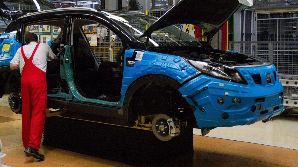 Zsolna, 2012. augusztus 23. Munkások dolgoznak egy szerelõsoron a Kia Motors Slovakia zsolnai gyárában 2012. augusztus 22-én. Megkezdte új modellje, a Kia cee'd Sportswagon második generációjának sorozatgyártását a szlovákiai autógyár. MTI Fotó: Nyikos Péter