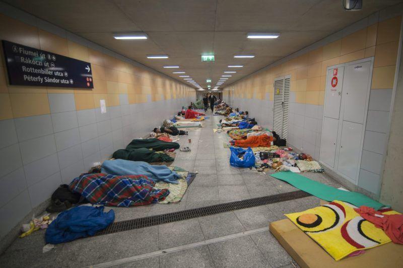 Budapest, 2015. szeptember 5. Illegális bevándorlók alszanak a budapesti Keleti pályaudvar aluljárójában 2015. szeptember 5-én. Szombatra virradóan ismét megtelt a pályaudvar környéke Nyugat-Európába tartó migránsokkal. MTI Fotó: Somorjai Balázs