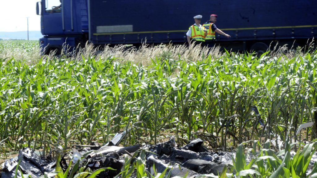 Pogány, 2018. május 31. A Magnus Aircraft Zrt. lezuhant eFusion típusú elektromos repülõgépének roncsai a pécs-pogányi repülõtér közelében 2018. május 31-én. A légi jármû kigyulladt, az azon utazó két szerelõ életét vesztette. MTI Fotó: Lendvai Péter