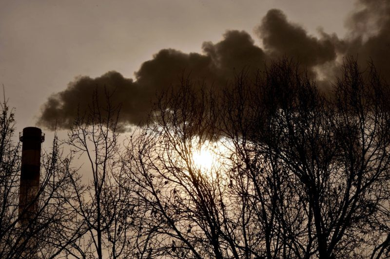 Budapest, 2012. február 11. Füst gomolyog a rákospalotai szemétégetõ kéményébõl. A fõpolgármester Budapesten elrendelte a szmogriadó riasztási fokozatát. Továbbra is magas a levegõ szennyezettsége országszerte. Az Országos Környezet-egészségügyi Intézet (OKI) mérései alapján február 11-én délelõtt tizenhat településen volt veszélyes a levegõ minõsége a szálló por magas koncentrációja miatt. MTI Fotó: Máthé Zoltán
