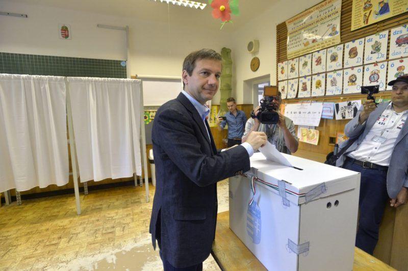 Budapest, 2014. május 25. Bajnai Gordon, az Együtt-PM szövetség vezetõje, volt miniszterelnök bedobja szavazólapját a XII. kerületi Virányos Általános Iskolában kialakított 41-es számú szavazókörben az európai parlamenti választások napján, 2014. május 25-én. MTI Fotó: Máthé Zoltán