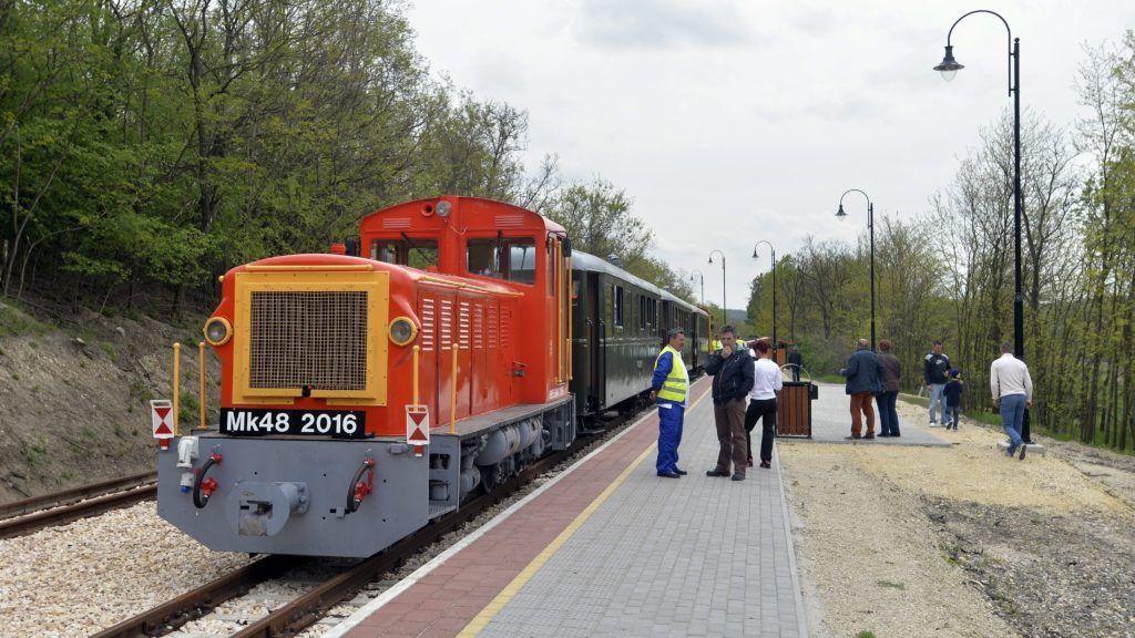 Felcsút, 2016. május 1. Mk48-as sorozatú dízelmozdonyok által vontatott személyvonat áll a Puskás Akadémia végállomáson a Vál-völgyi kisvasút elsõ üzemnapján 2016. május 1-jén. MTI Fotó: Máthé Zoltán