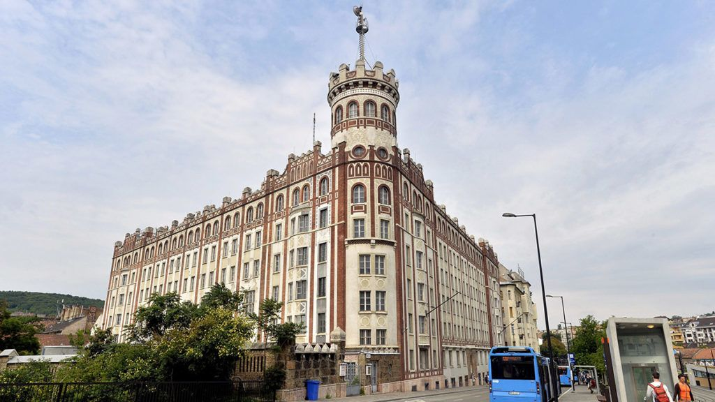 Budapest, 2016. augusztus 10.A felújítás alatt álló Buda Palota 2016. augusztus 10-én. A műemléki védettségű palota, a posta egykori székháza modern irodaházként újul meg 2018 végére, 25 millió eurós beruházással. A Pallas Athéné Alapítványok tulajdonában lévő épület tornyában a tervek szerint kilátó lesz.MTI Fotó: Máthé Zoltán