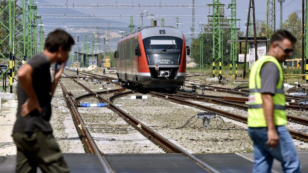 Budapest, 2017. augusztus 10. Desiro motorvonat közlekedik az átépítés alatt álló Angyalföld vasútállomáson 2017. augusztus 10-én. Az állomás a Budapest-Esztergom vasútvonal teljes felújítása és villamosítása keretében újul meg. MTI Fotó: Máthé Zoltán