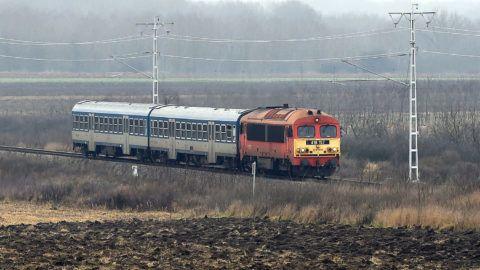 Olaszliszka, 2017. december 29.M41-es dízelmozdony vontat egy személyvonatot a villamosítás alatt álló Szerencs-Sátoraljaújhely vasútvonalon Olaszliszkánál 2017. december 29-én.MTI Fotó: Máthé Zoltán