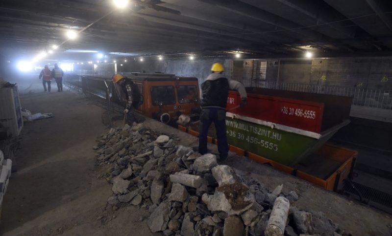 Budapest, 2018. március 27. A munkások törmeléket pakolnak egy munkavonatba a 3-as metróvonal Újpest-városkapu megállóhelyen 2018. március 27-én. A tavaly év végén kezdõdött felújítási munkálatok során megújulnak a 3-as metróvonal északi szakaszán az Újpest-központ, az Újpest-városkapu, a Gyöngyösi utca, a Forgách utca, az Árpád híd és a Dózsa György út metróállomások és az alagútszakaszok. A tervek szerint a munkálatok egy évig tartanak. MTI Fotó: Máthé Zoltán