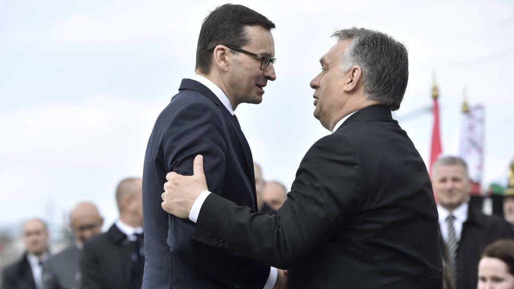 Budapest, 2018. április 6. Orbán Viktor miniszterelnök (j) és Mateusz Morawiecki lengyel kormányfõ a szmolenszki légikatasztrófa áldozatainak emlékére állított, Mementó Szmolenszkért elnevezésû emlékmû felavatásán Budafokon 2018. április 6-án. MTI Fotó: Máthé Zoltán
