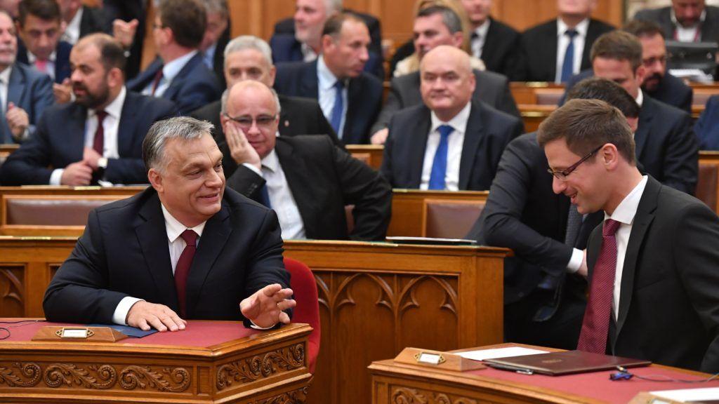 Budapest, 2018. május 18. Orbán Viktor miniszterelnök (b) és Gulyás Gergely, a Miniszterelnökséget vezetõ miniszter (j) az Országgyûlés plenáris ülésének kezdete elõtt 2018. május 18-án. MTI Fotó: Máthé Zoltán
