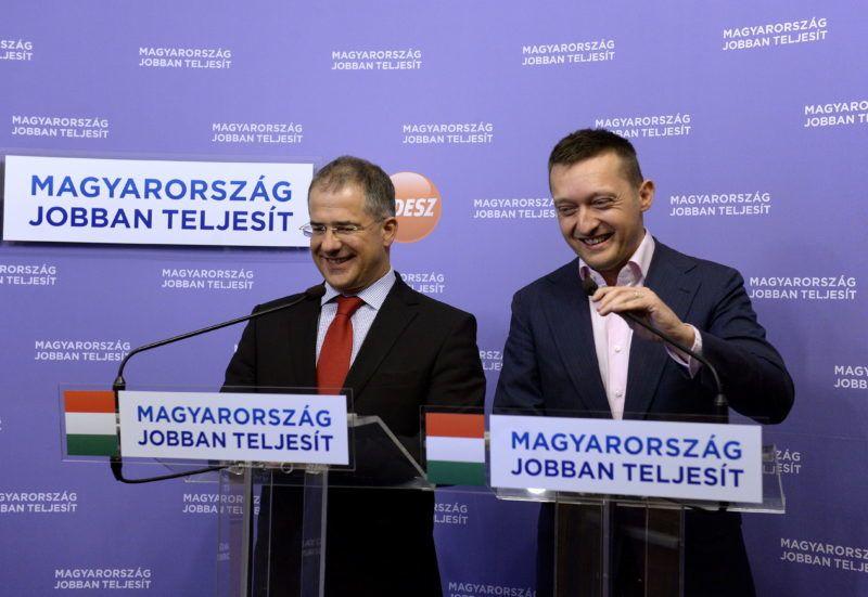 Budapest, 2014. május 30. Kósa Lajos, a Fidesz ügyvezetõ alelnöke (b) és Rogán Antal, a párt parlamenti frakcióvezetõje sajtótájékoztatót tart az önkormányzati választással kapcsolatban az Országházban 2014. május 30-án. Az önkormányzati választási rendszer átalakítását javasolja a Fidesz: ennek értelmében a fõvárosi közgyûlésnek a fõpolgármester mellett a 23 kerületi polgármester és a kompenzációs listáról bekerült kilenc képviselõ lesz a tagja. MTI Fotó: Bruzák Noémi