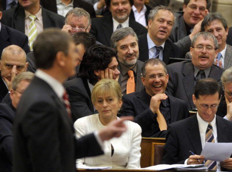 Budapest, 2009. január 29. Fideszes képviselõk nevetnek Gyurcsány Ferenc miniszterelnök (b) beszéde alatt a Parlamentben az Országgyûlés gazdasági válság miatt összehívott rendkívüli ülésén. Az elsõ sorban balra Dávid Ibolya, az MDF elnöke, mellette Varga Mihály, a Fidesz alelnöke ül. Az az MDF elnöke mögött Deutsch Tamás és Kósa Lajos, a Fidesz parlamenti képviselõi nevetnek.  MTI Fotó: Beliczay László