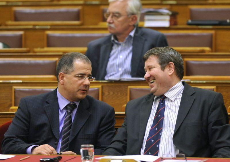 Budapest, 2010. november 30. Kósa Lajos, a Fidesz frakcióvezetõ-helyettese (b) és Tállai András, a Belügyminisztérium önkormányzati államtitkára beszélget az Országgyûlés plenáris ülésén. MTI Fotó: Soós Lajos