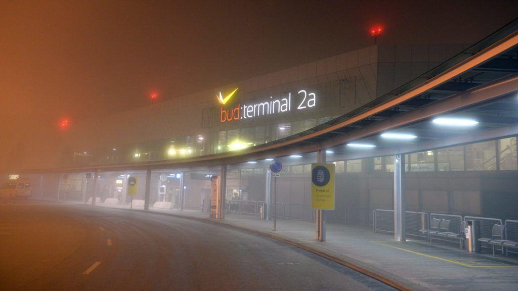 Budapest, 2013. november 17. A sûrû köd miatt lezárt Liszt Ferenc-repülõtér 2A terminálja 2013. november 17-re virradó éjjel. A sûrû köd miatt tizennégy repülõgép nem tudott leszállni a Liszt Ferenc Nemzetközi Repülõtéren november 16-án éjjel és 17-én hajnalban. Reggelre helyreállt a forgalom, a reptér ismét fogad gépeket. MTI Fotó: Beliczay László
