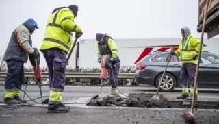Tatabánya, 2018. január 10. Kátyúzási munkálatokat végeznek az M1-es autópályán, Tatabánya közelében 2018. január 10-én. A munkálatok ideje alatt a forgalom felváltva a külsõ, belsõ és leálló sávban halad. MTI Fotó: Bodnár Boglárka