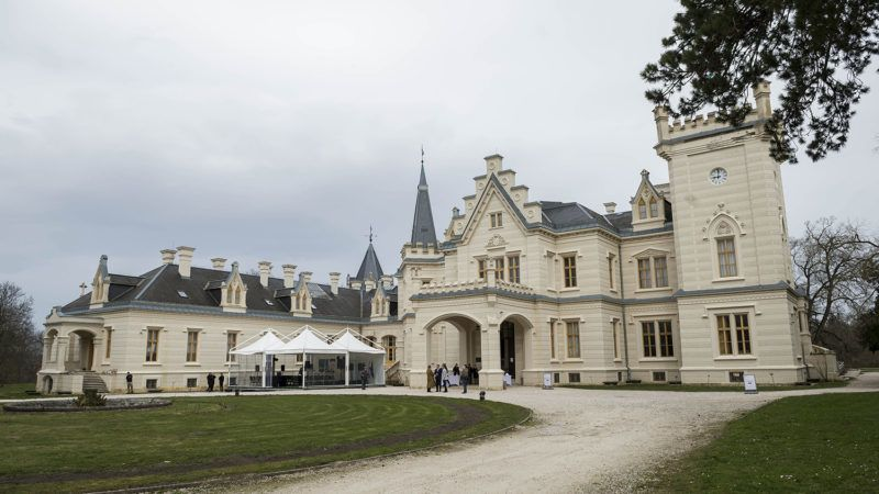 Nádasdladány, 2018. április 4.A kívülről már teljesen megújult nádasdladányi Nádasdy-kastély 2018. április 4-én. Megkezdődik a kastély belsejének és parkjának felújítása, az 1,712 milliárd forintos beruházás várhatóan 2020-ra lesz kész.MTI Fotó: Bodnár Boglárka