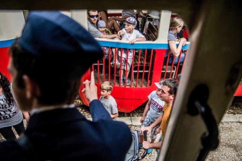 Budapest, 2016. május 28. Utasok a budai hegyvidék kirándulóhelyeit összekötõ Gyermekvasúton 2016. május 28-án. Gyereknap alkalmából a hétvégén ingyen utazhatnak a kicsik a világ leghosszabb olyan vasútvonalán - 11,7018 kilométeren - amelyen a forgalmi és kereskedelmi szolgálatot gyermekek látják el. MTI Fotó: Balogh Zoltán
