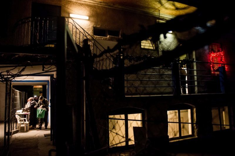 Budapest, 2017. január 9. Férfiak várnak a beengedésre az otthontalanokat segítõ Menhely Alapítvány Vajdahunyad utcai nappali melegedõje és éjjeli menedékhelyén Budapesten 2017. január 8-án. MTI Fotó: Balogh Zoltán