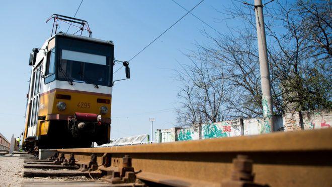 Budapest, 2017. április 2.Egy Tatra T5C5 típusú villamos a Pongrácz úti villamoshíd próbaterhelésén Budapesten 2017. április 2-án. A 2012-ben felújított hídon ötévente végeznek próbaterhelést.MTI Fotó: Balogh Zoltán