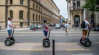 """Budapest, 2018. május 30. Turisták segwayen Budapesten az Alkotmány utcában 2018. május 30-án. Idén június közepétõl tilos a segway (önegyensúlyozó, kétkerekû, elektromos meghajtású közlekedési eszköz), az elektromos kerékpár, az elektromos roller, az elektromos gördeszka, a hoverboard (önegyensúlyozó elektromos roller), a sörbike (négykerekû, többszemélyes """"kocsmabicikli"""") és a riksa használata az V. kerületi önkormányzat tulajdonában lévõ gyalogutakon és gyalogos övezetekben. MTI Fotó: Balogh Zoltán"""