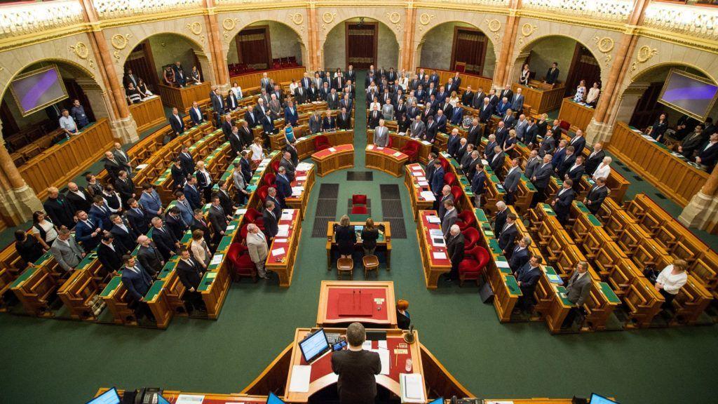 Budapest, 2018. június 4. A képviselõk megemlékeznek a nemzeti összetartozás napján az Országgyûlés plenáris ülésén 2018. június 4-én. MTI Fotó: Balogh Zoltán