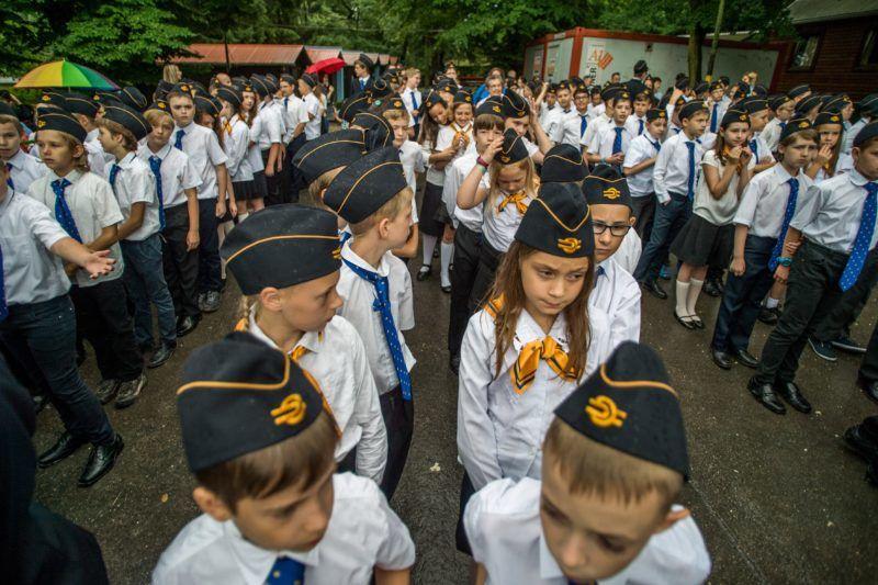 Budapest, 2018. június 9. Gyermekvasutasok a Széchenyi-hegyi Gyermekvasút hûvösvölgyi végállomásán tartott ünnepségen, ahol százötven, 10-12 éves gyermek tett ünnepélyes fogadalmat 2018. június 9-én. A Széchenyi-hegyi kisvasút elsõ szakaszát 1948 nyarán adták át, a teljes vonal 1950-re készült el. A világ leghosszabb - több mint 11 kilométeres - gyermekvasút-vonalaként két éve a Guinness Rekordok Könyvébe is bekerült. Napjainkban mintegy ötszáz gyermek váltja egymást a szolgálatokban. MTI Fotó: Balogh Zoltán