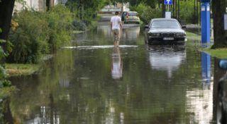 Debrecen, 2018. május 27. Egy férfi megy szakadó esõ után a debreceni Bem téren 2018. május 27-én. MTI Fotó: Czeglédi Zsolt