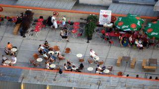 """Budapest, 2007. július 15. Corvintetõ néven a Blaha Lujza téri nagyáruház tetején, """"romszórakozóhely"""", óriásterasz nyílt. A tulajdonosok tervei szerint a forgalomtól függõen esetleg téliesítik is a vendéglátóhelyet. MTI Fotó: H. Szabó Sándor"""