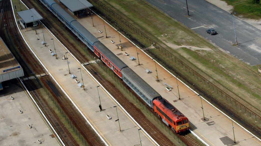 Balatonfüred, 2008. július 20. Áthaladó vonatszerelvény a balatonfüredi vasútállomáson. MTI Fotó: H. Szabó Sándor