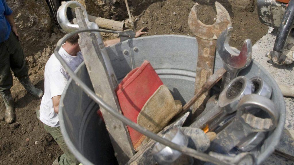 Budapest, 2008. augusztus 8.Földmunkások dolgoznak a Németvölgyi út és a Hegyalja út kereszteződésénél, a Farkasréti temető bejáratánál, ahol vízvezetékeket újítanak fel a Fővárosi Vízművek szakemberei. A munkálatok befejezéséig lajtos kocsikból vételezhetnek vizet a lakók, illetve csomagolt vizet is osztanak, hogy áthidalják a várhatóan egynapos vízhiány kellemetlenségeit.MTI Fotó: Füzesi Ferenc