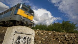 Monorierdõ, 2008. október 7. Monorierdõnél 200 méter hosszan még óránkénti 40 kilométeres sebességkorlátozás van érvényben. Üzemkezdettõl újra a menetrendnek megfelelõen közlekednek a vonatok a Budapest-Cegléd vasútvonalon, ahol 2008. október 6-án Monorierdõnél egy személyvonat hátulról beleütközött egy InterCity szerelvénybe. A balesetben négyen életüket vesztették, és a vasúti közlekedés egész napra lebénult a vonalon. A szakemberek este 10 órára befejezték a mûszaki mentést és eltávolították a roncsokat a vasúti szerencsétlenség helyszínérõl. MTI Fotó: Füzesi Ferenc