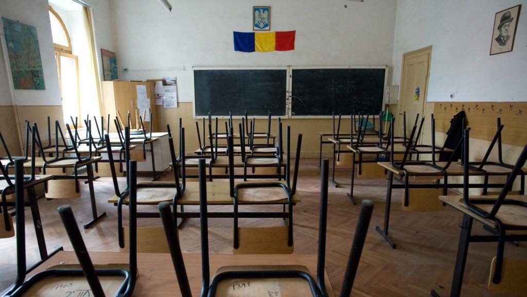 Nagyvárad (Oradea), 2010. május 31. Üres osztályterem a George Cosbuc román-magyar két tannyelvû általános iskolában a romániai Nagyváradon. Általános sztrájkok sorozata kezdõdött Romániában; a közalkalmazottak, az egészségügyi dolgozók és az iskolai oktatók legnagyobb része szüneteltette a munkát, így tiltakozva a román kormány megszorító intézkedései ellen. Az említett szakmákban a bérek 25, illetve a nyugdíjak, a munkanélküli segély és a gyereknevelési támogatás 15 százalékos csökkentése ellen tiltakoznak a sztrájkkal. MTI Fotó: Kollányi Péter