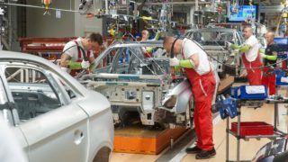 Gyõr, 2017. május 23. Szakemberek dolgoznak az Audi Hungária Zrt. gyõri karosszériaüzemében 2017. május 23-án. MTI Fotó: Krizsán Csaba