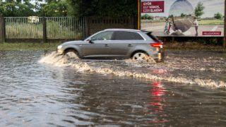 Gyõr, 2018. június 13. Autó Gyõrben, a vízzel elöntött Fehérvári úton felhõszakadás után 2018. június 13-án. MTI Fotó: Krizsán Csaba