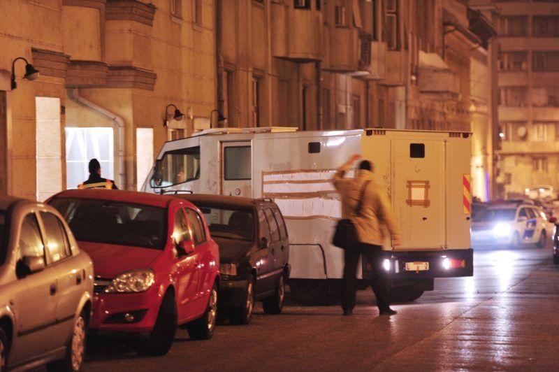 Budapest, 2011. december 1. Pénzszállító autó hagyja el egy I. kerületi, Donáti utcai épület garázsát. Az MTI értesülése szerint a jármû egy kerületi bank elõtt állt, s a személyzet egyik tagja bement a pénzintézetbe. Ekkor - mielõtt a pénzszállító munkatársa visszatért volna - a jármû elindult és eltûnt. A bejelentést követõen a jármûvet az épület pinceszintjén, egy garázsrészben találta meg a rendõrség, GPS-jelek alapján. Az autóban nem volt senki, valószínûleg a pénzt sem találták meg, viszont egy fegyver volt az egyik ülésen. A felvétel 2011. november 30-án éjjel készült. MTI Fotó: Lakatos Péter