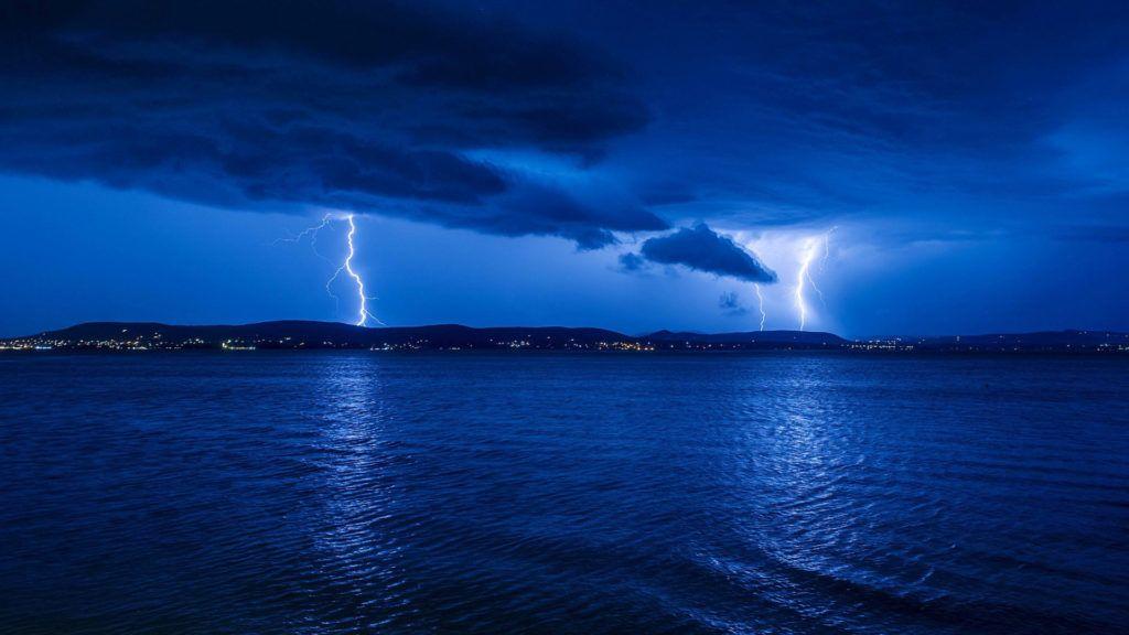 Balatonlelle, 2017. július 12. Villámlás a viharban Révfülöpnél és Zánkánál, Balatonlellérõl fotózva 2017. július 11-én. MTI Fotó: Lakatos Péter