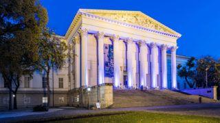 Budapest, 2017. november 15.A Magyar Nemzeti Múzeum esti díszkivilágításban 2017. november 15-én.MTI Fotó: Mónus Márton