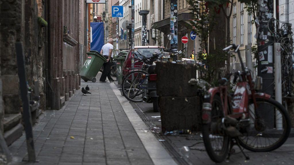 Budapest, 2018. május 28.Szemeteskukát húz egy férfi a budapesti Kazinczy utcában 2018. május 28-án hajnalban.MTI Fotó: Mónus Márton