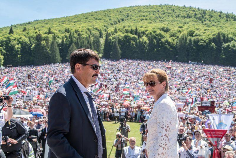 Csíksomlyó, 2017. június 3. Áder János köztársasági elnök és felesége, Herczegh Anita a csíksomlyói búcsún tartott szentmise elõtt a Kis- és Nagysomlyó-hegy közötti nyeregben 2017. június 3-án. MTI Fotó: Veres Nándor