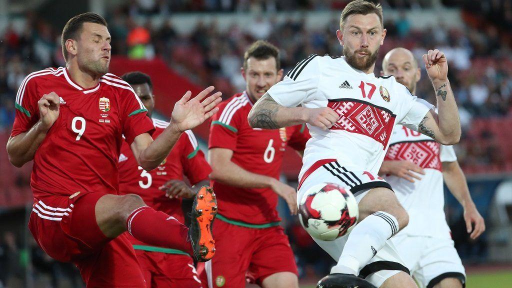 Breszt, 2018. június 6. Szalai Ádám (b) és a fehérorosz Mihail Szivakov a Bresztben rendezett felkészülési labdarúgó-mérkõzésen 2018. június 6-án. (MTI/EPA/Taccjana Zenkovics)